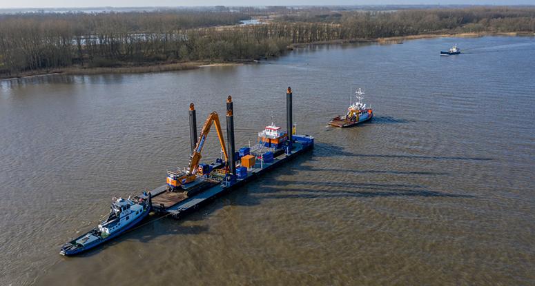 Backhoe pontoon Baars Afsluitdijk project