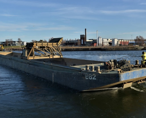 Hopper-Barge-B82-with-movable-grating-system-Baars-Sliedrecht-in-Oskarshamn-Sweden-