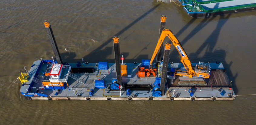 Modular container pontoon Titaan towards Afsluitdijk