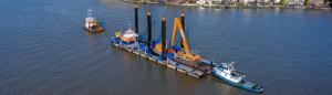 Transport compleet ponton over water